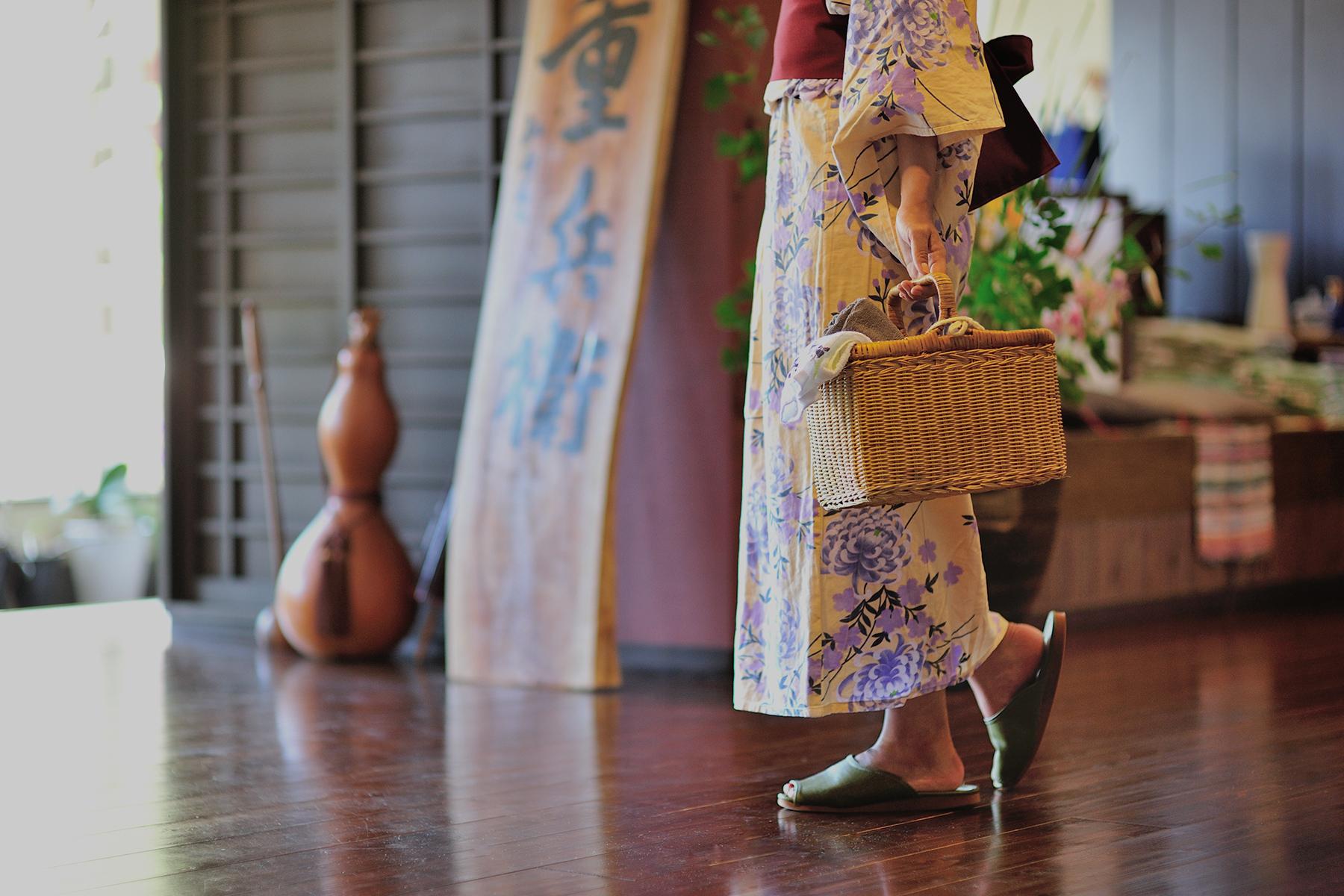 カゴバッグを持つ女性