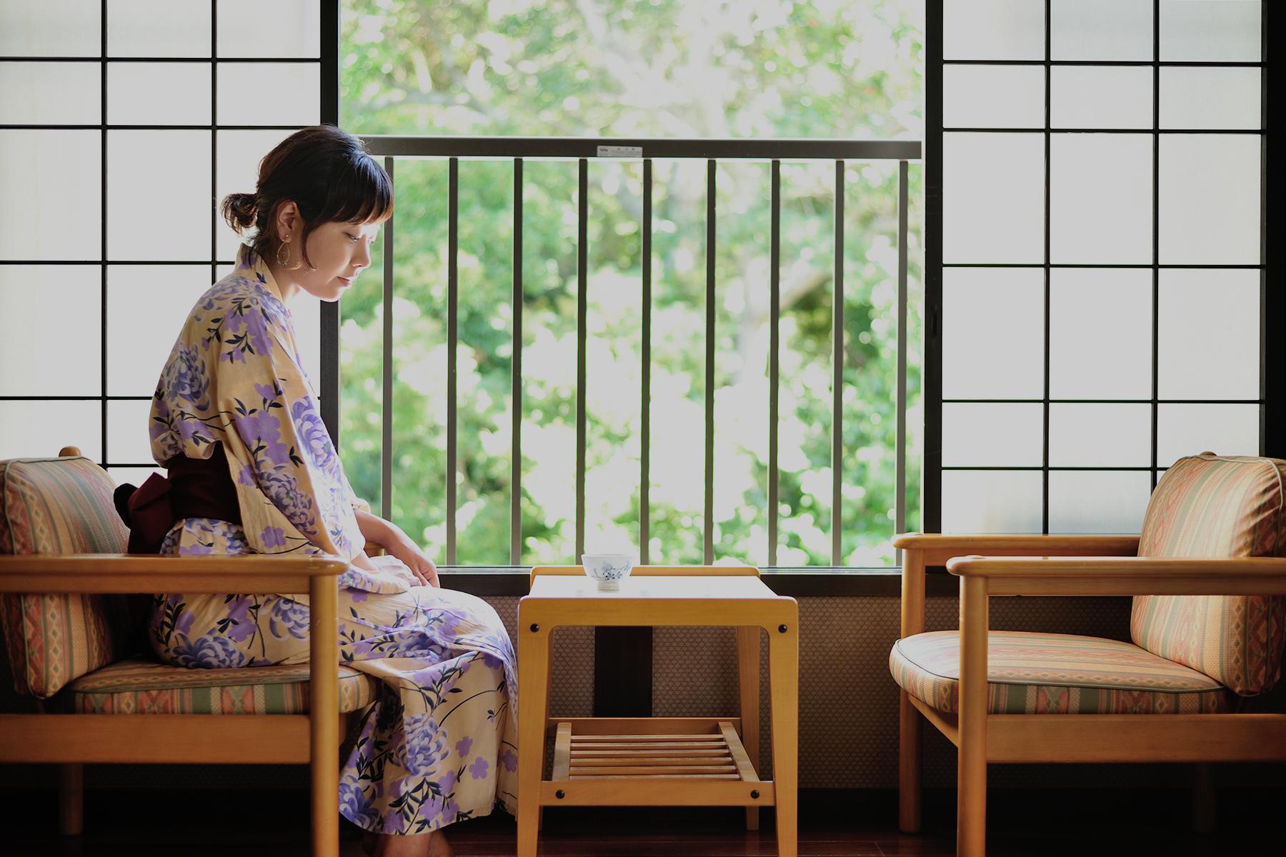 窓辺の浴衣女性